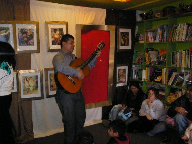 El músico Jairo Marín deleita a los asistentes con sus canciones para niños.