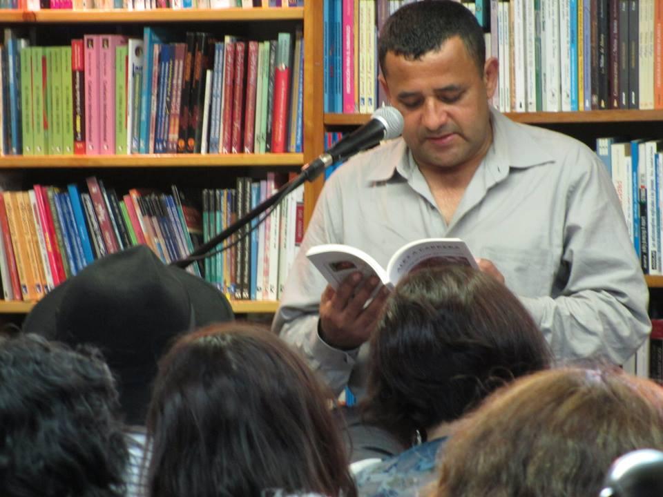 AleX Cabrera leyendo La Hojarasca al Este de New York en Librería Barco de Papel