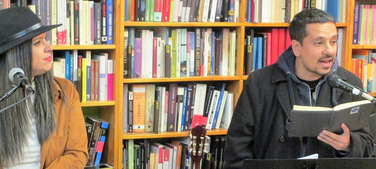 Diego Rivelino lee el poema de Marielis dedicado a los niños sirios.