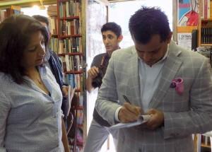 Jorge Viera firma libro Barco Papel
